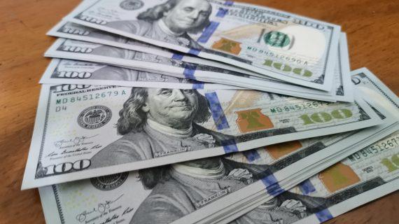 Simpan US Dolar atau Emas? Jika Mau Untung Besar